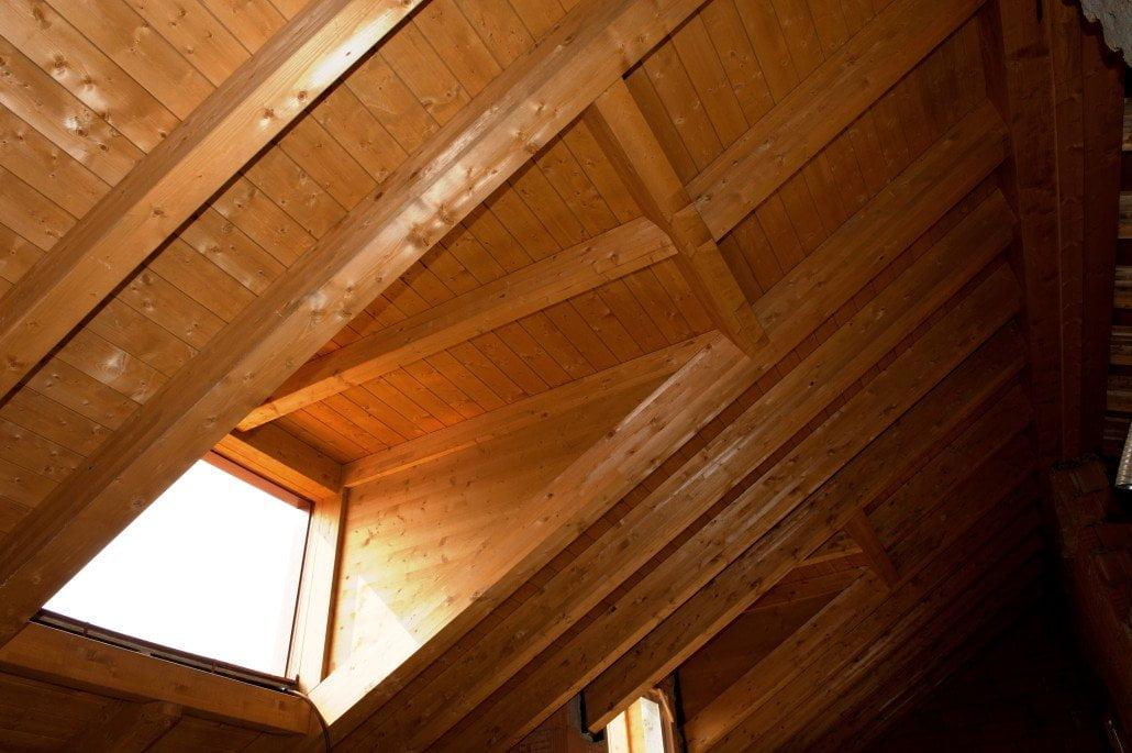 Tetto in legno noce chiaro