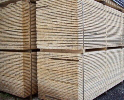 Quattro bancali di tavole in legno di abete