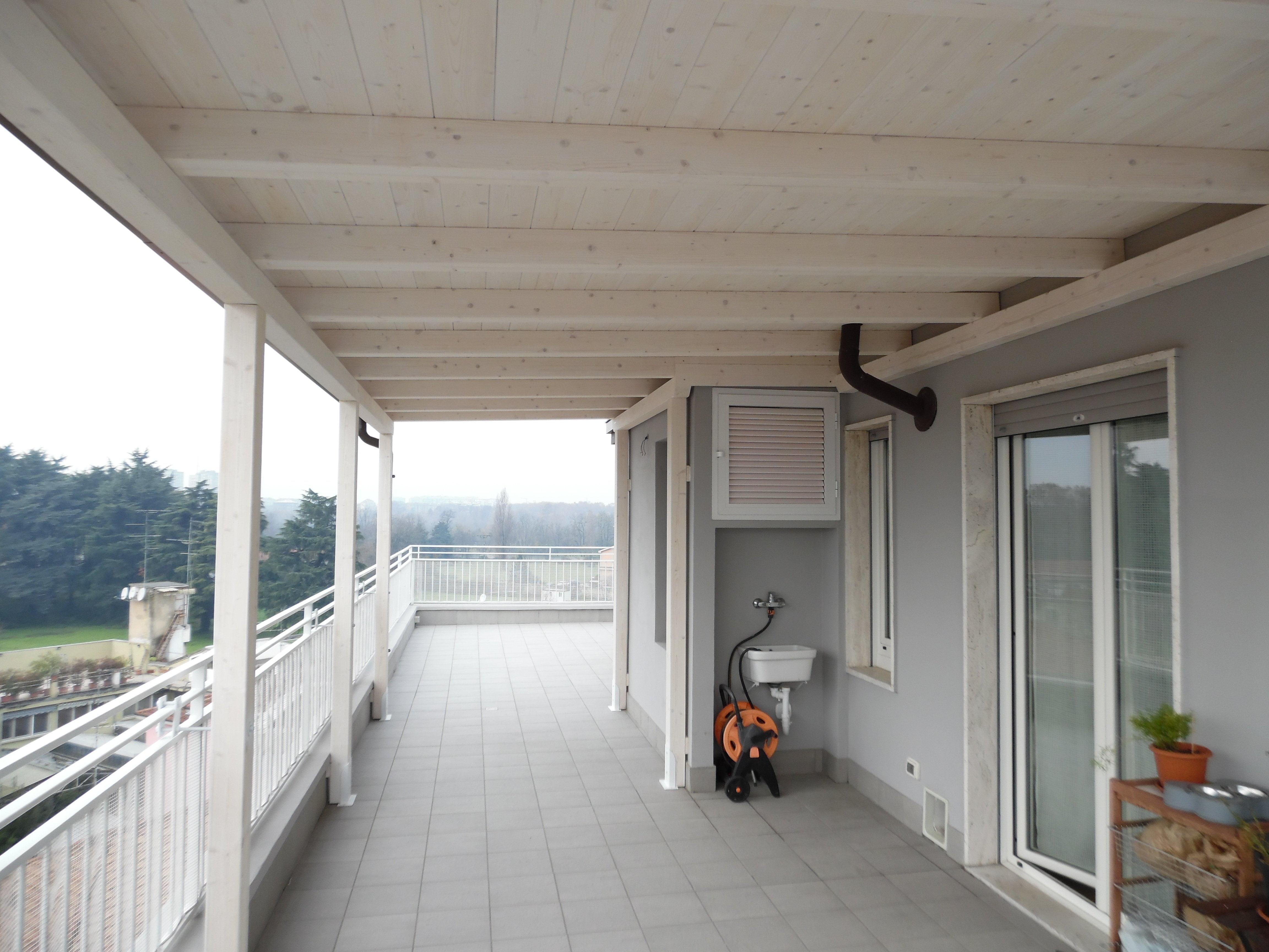 Tettoia in legno per eterno su balcone finitura bianco - Tetto in legno bianco ...
