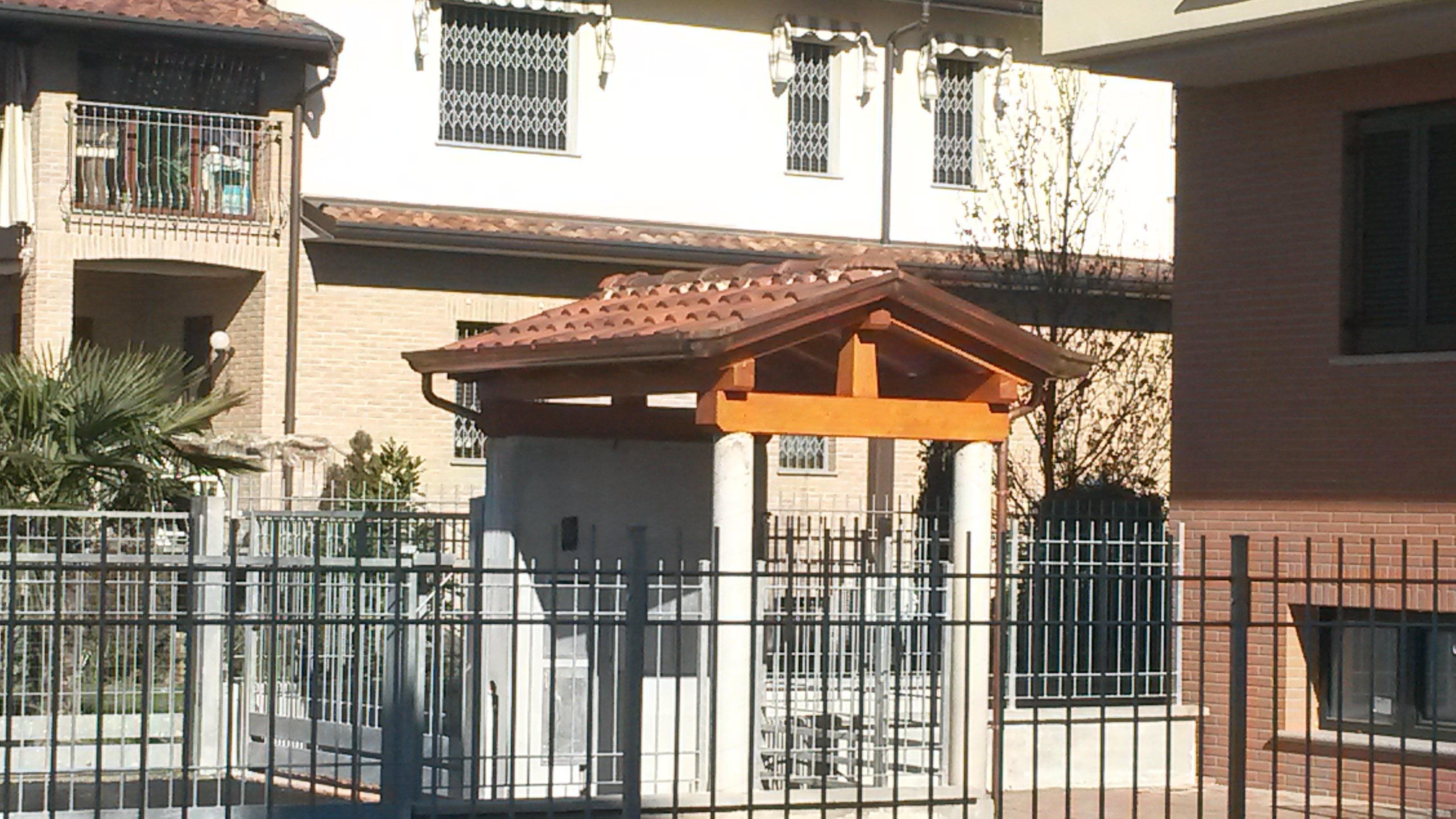 Copri cancelletto in legno e tegole cereda legnami - Cancelletto in legno per esterno ...