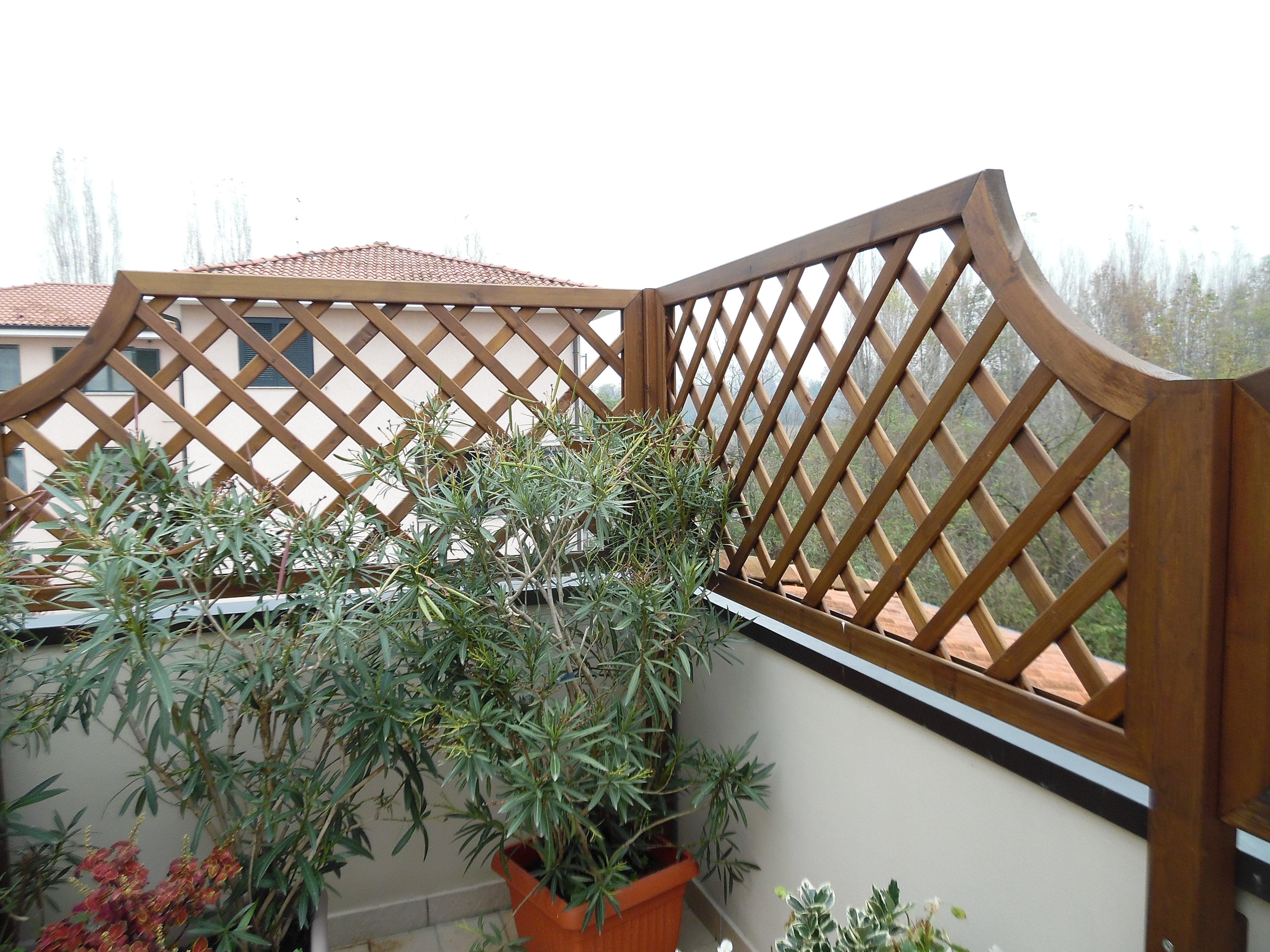 Griglie in legno e fioriere di grandi dimensioni in legno for Grate in legno per balconi