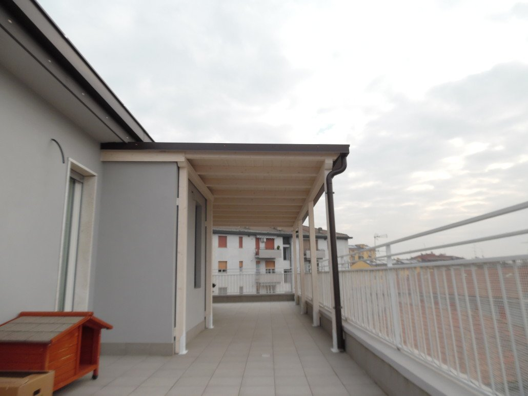 Tettoia in legno per eterno su balcone. Finitura bianco spazzolato ...