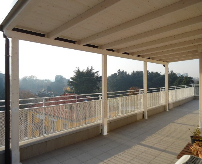 tettoia in legno addossata su balcone milano