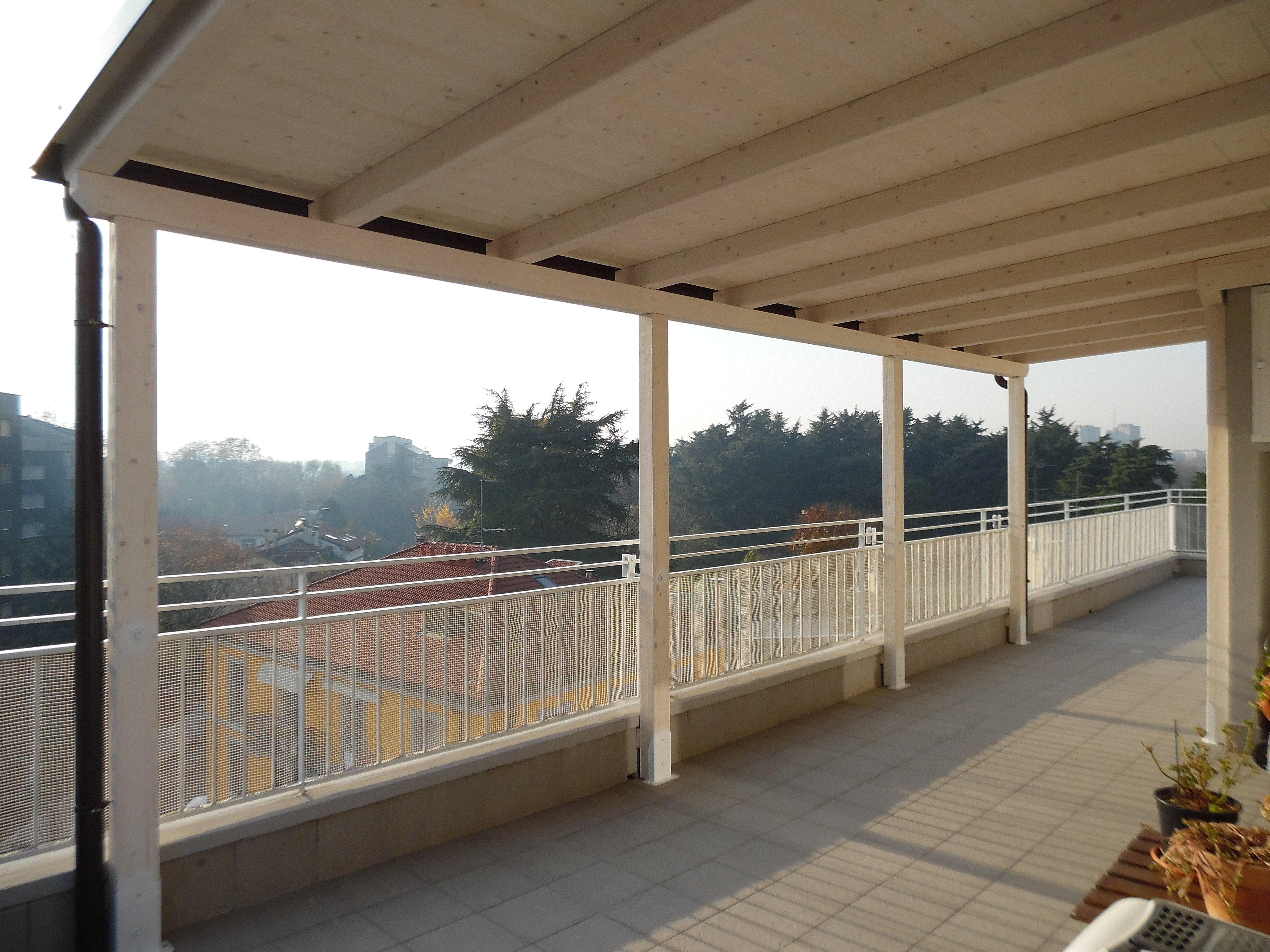 Tettoia in legno per eterno su balcone finitura bianco for Piani tetto veranda protette