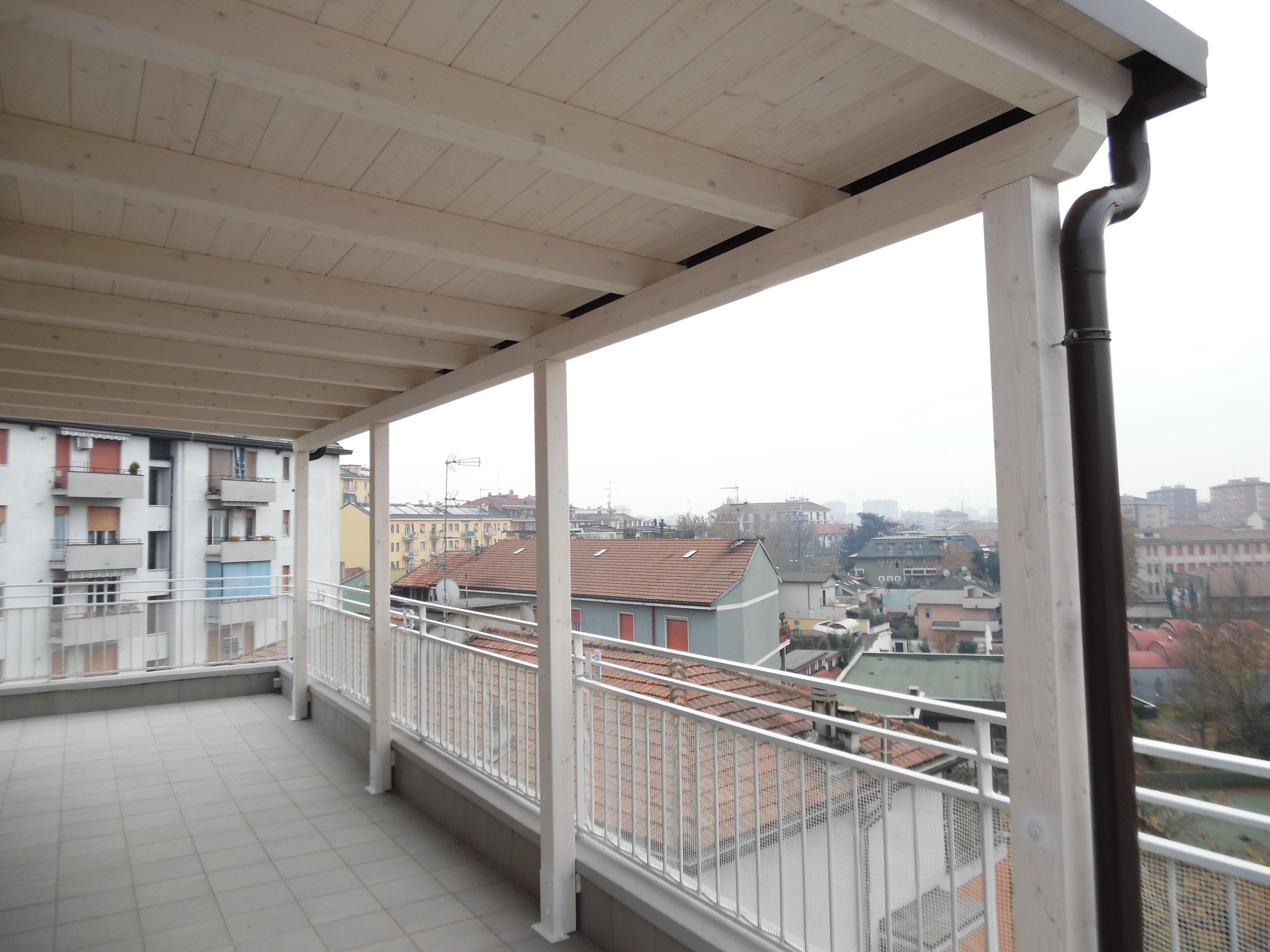 Veranda In Legno Terrazzo tettoia in legno per eterno su balcone. finitura bianco