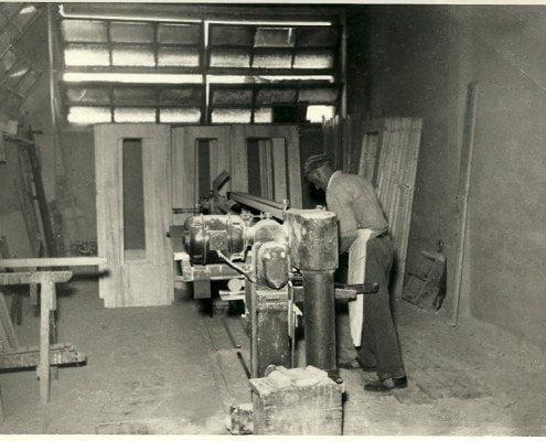Immagine di repertorio di operaio che lavora il legno