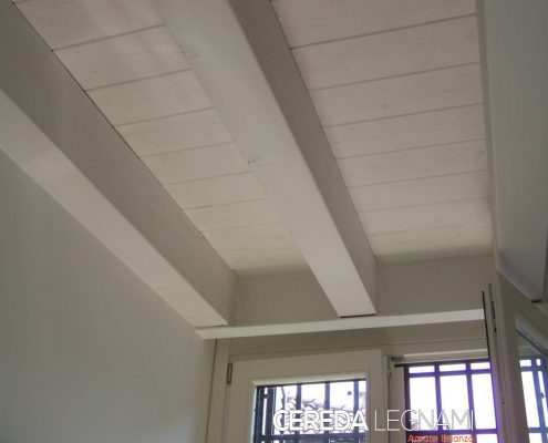 Soffitto in legno bianco con travi a vista a Monza