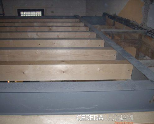 Fase di costruzione di un solaio in legno in Brianza.