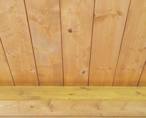 Dettaglio soletta in legno finitura natuale: assi e trave di colmo