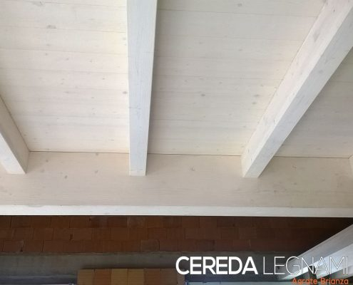 Ordito di tetto in legno con perline bianche