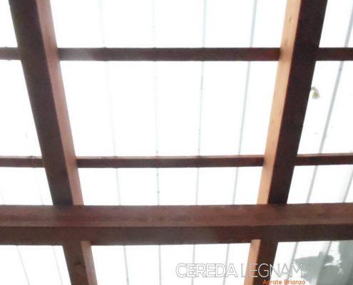 Dettaglio di struttura in legno con copertura semitrasparente in policarbonato