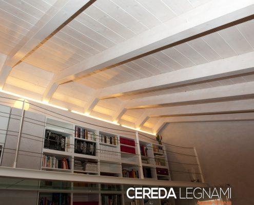 Salotto in mansarda con tetto in legno finitura chiara