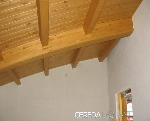 Tetto in legno biondo con struttura a botte