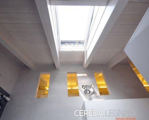 Tetto in legno finitura interna bianca con apertura vetro su tutta la sezione per maggiore luminosità