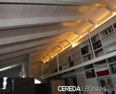 Panoramica di un tetto in legno con finitura interna bianca