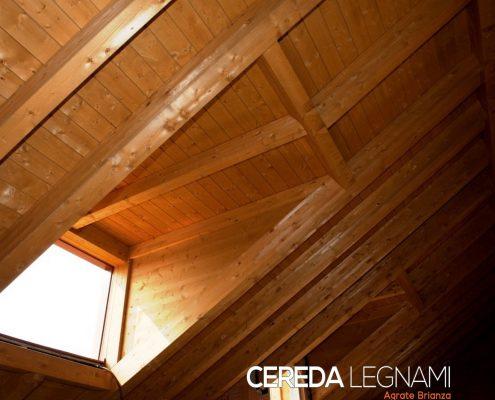 Dettaglio di tetto in legno con apertura finestra laterale