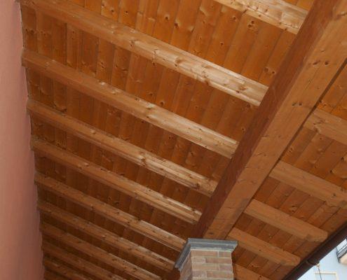 Struttura in legno per tetto, finitura legno naturale