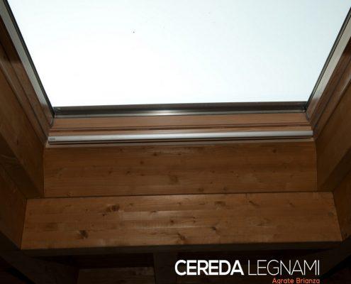 Finestra Velux posata in tetto di legno naturale