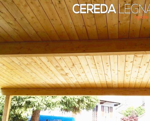 foto di una copertura per auto realizzata in legno
