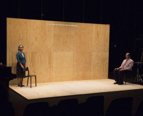 Pannelli economici in legno usati per un allestimento teatrale