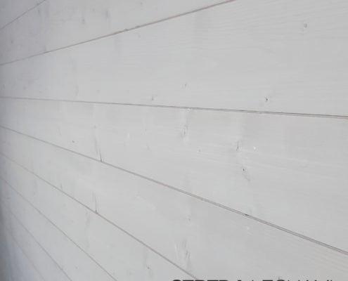 Dettaglio di posa di perline in abete usate come rivestimento parete