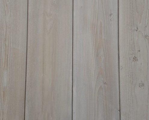 Perline in legno abete verniciate, tagliate e posate su misura