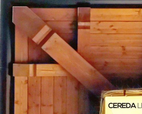 Foto dal basso di perline in legno per sottotetto e gronde