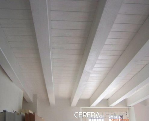 Solaio di legno colore bianco a Lecco.