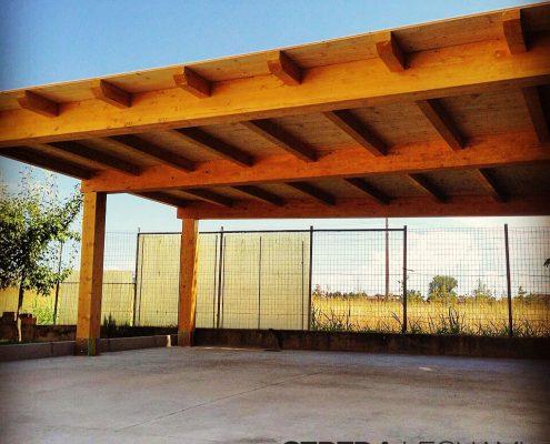 Carport artigianale in legno lamellare realizzato in provincia di Milano