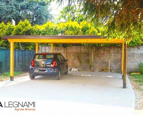 Carport artigianale in legno lamellare abete realizzate da Cereda Legnami a Monza.