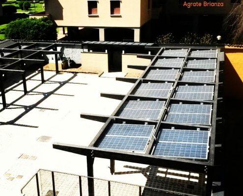 Esempio di carport artigianale su misura con copertura fotovoltaica.