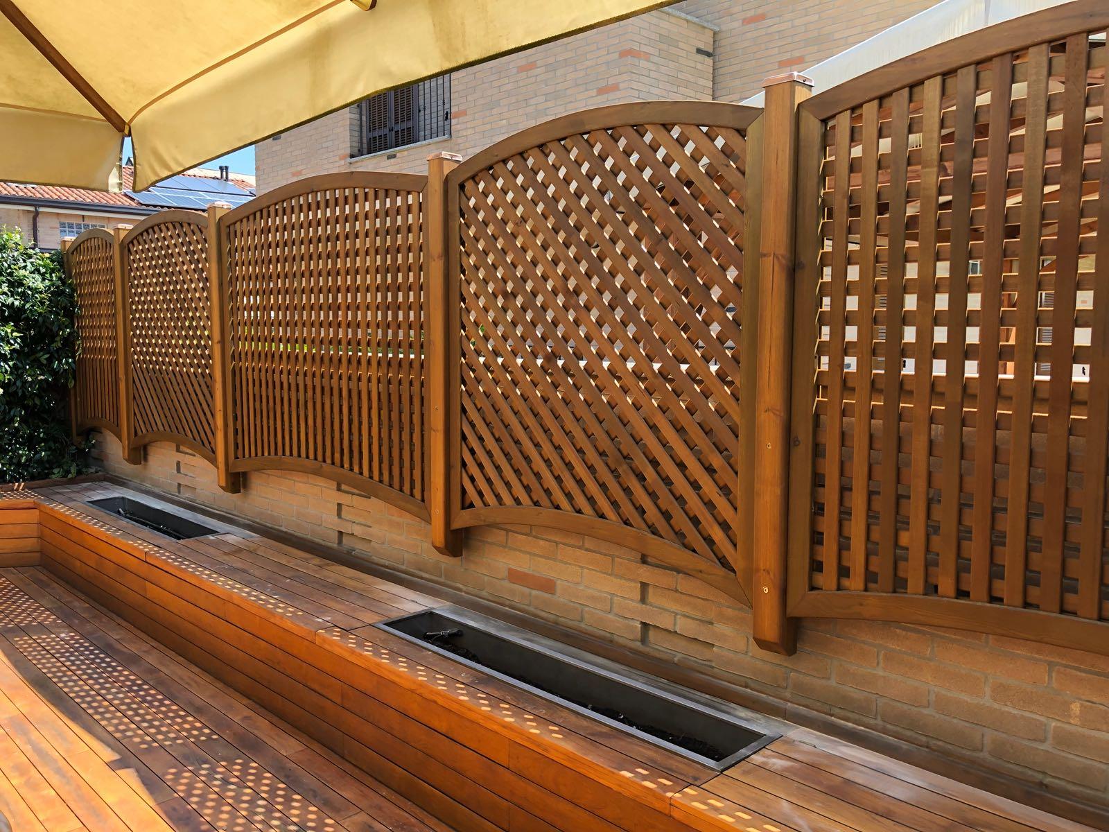 griglie e grigliati in legno di pino trattato per privacy. Ideali per aumentare sicurezza parapetti e proteggere animali domestici : cani e gatti
