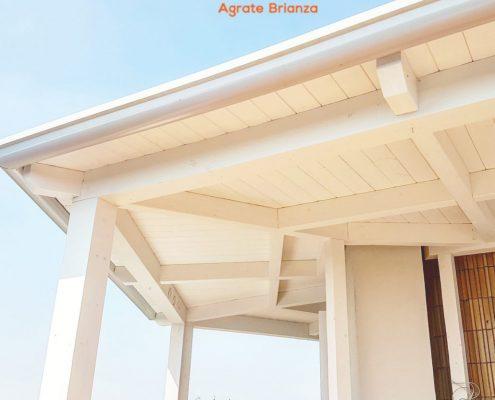 Sistema in legno lamellare per aumentare superficie coperta e volumi su terrazzo. Legno lamellare bianco