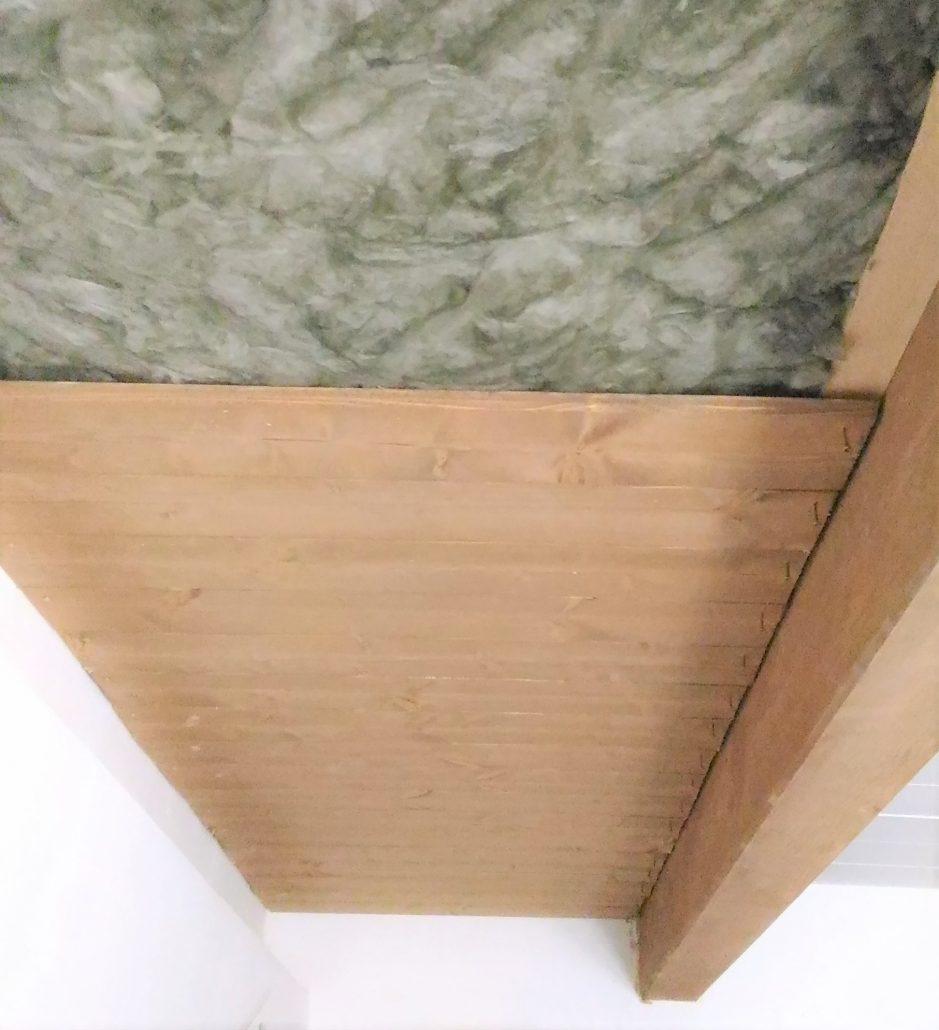 Sistema per isolare sottotetti, solai e mansarde con perline in legno ed isolante