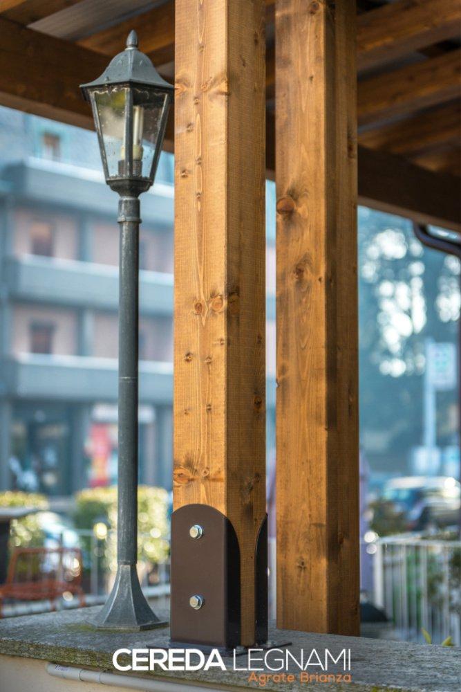 Esempio del fissaggio di un pilastro in legno di una struttura a addossata
